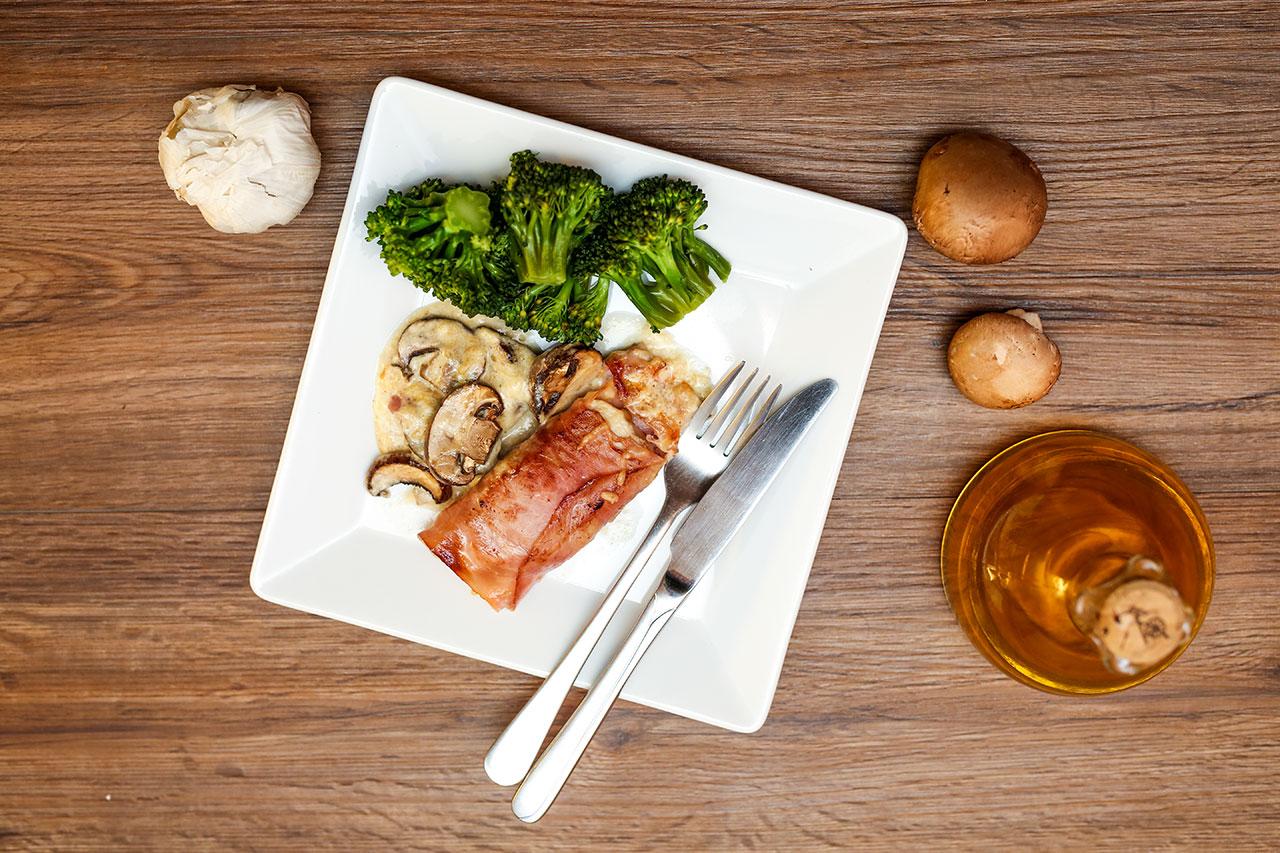 Fertig. Garniere deine leckere Putenfilets im Schinkenmantel mit der schmackhaften Käsesoße auf einem Teller und fülle deinen Brokkoli dort auch auf.