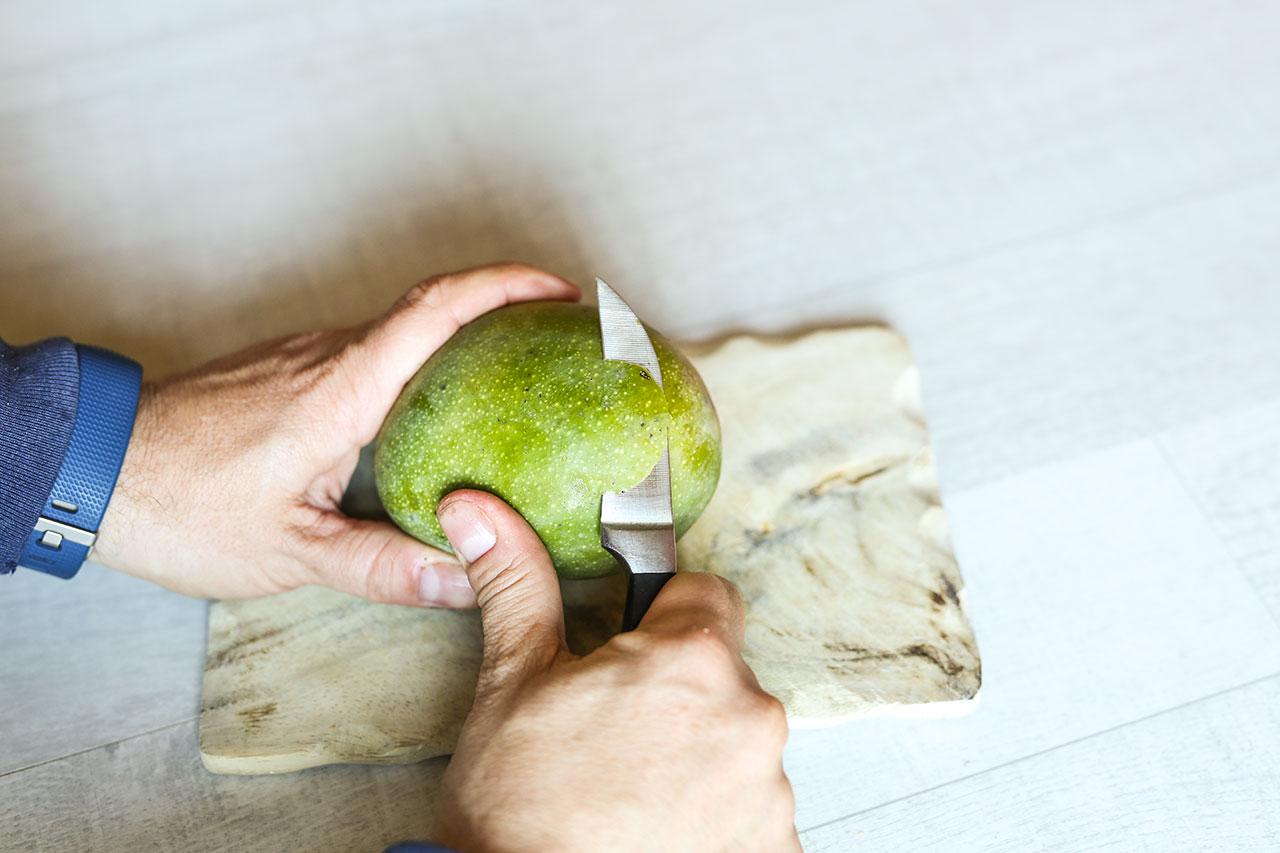 Mango schälen und in kleine Stücke schneiden