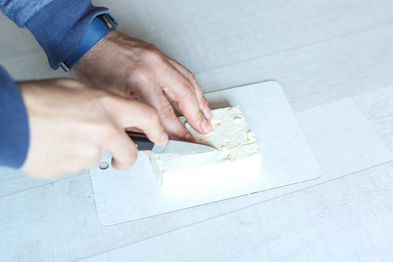Schneide den Fetakäse in ca. 1cm lange Stücke