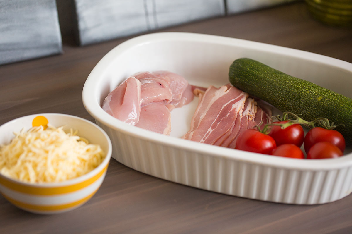 puten bacon rolle mit zuccini tomaten k se als low carb rezept mit wenig kohlenhydraten. Black Bedroom Furniture Sets. Home Design Ideas