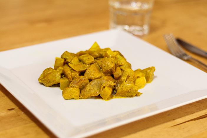 Gericht auf einem Teller serviert - Curyyhähnchen mit Kohlrabi als Low Carb Rezept