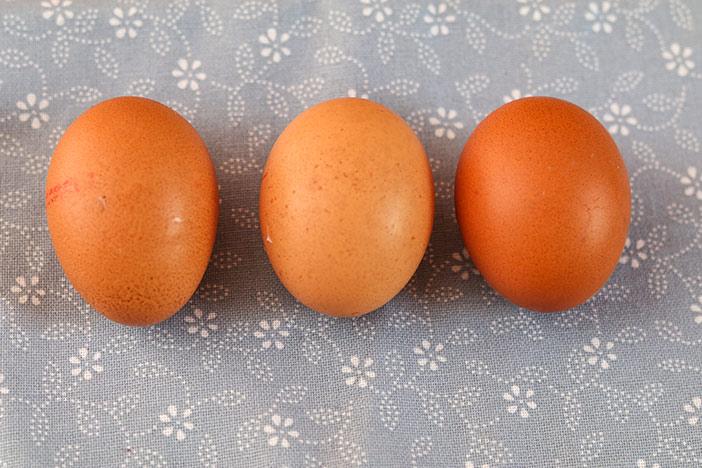 Drei Eier für den Käseuchenteig