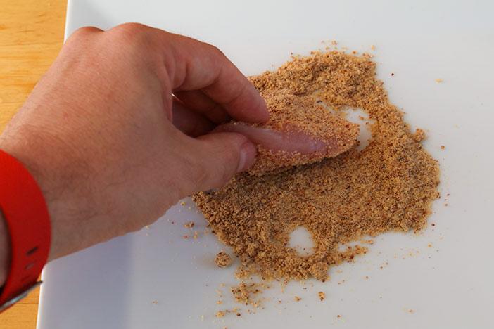 Fleisch im Mandelmehl wenden für das Low Carb Cordon Bleu