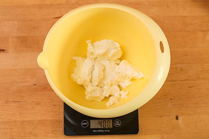Quark abwiegen für den Low Carb Käsekuchen abwiegen