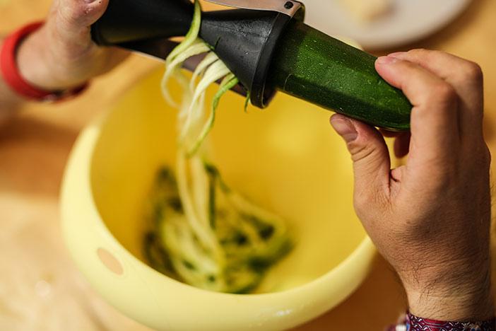 Spaghetti mit Spiralschneider herstellen