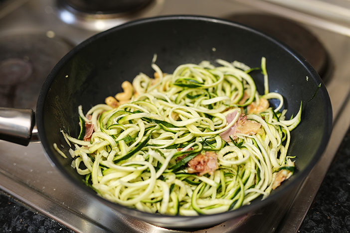 Zuccini-Spaghettis in den Wok